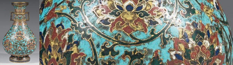 Vase à panse basse en bronze doré et émaux cloisonnés à fond bleu